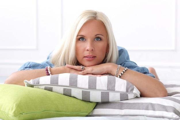 Leuk, blond meisje met blauwe ogen Gratis Foto