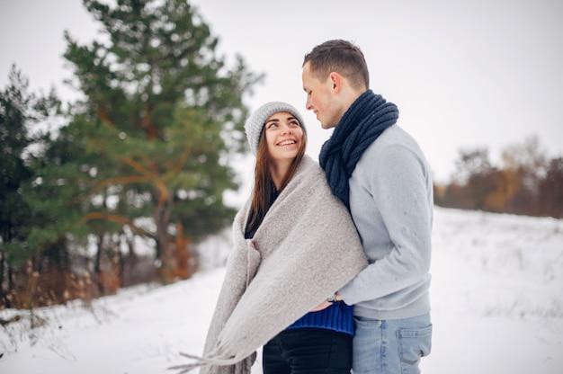 Leuk en houdend van paar in een de winterbos Gratis Foto