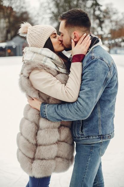 Leuk en houdend van paar in een de winterstad Gratis Foto