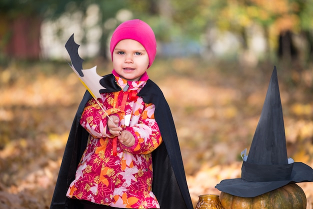 Leuk grappig meisje in een roze hoed Premium Foto