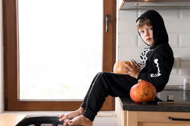 Leuk halloween-concept met exemplaarruimte Premium Foto