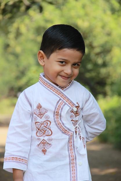 Leuk indisch kind dat uitdrukking toont Premium Foto