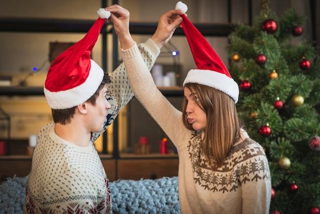 Leuk kerstmispaar dat met elkaar knoeit Gratis Foto