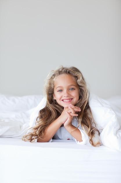 Leuk kind dat bij de camera glimlacht Premium Foto