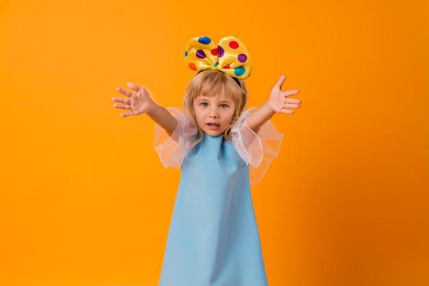 Leuk klein meisje in kostuum Gratis Foto