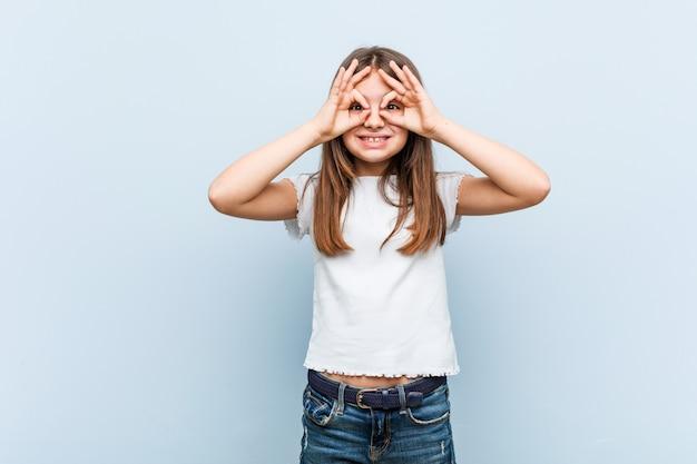 Leuk meisje dat ok teken over ogen toont Premium Foto