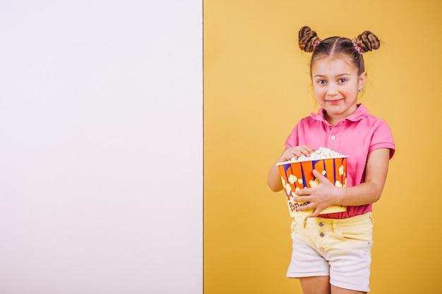 Leuk meisje dat popcorn eet Gratis Foto