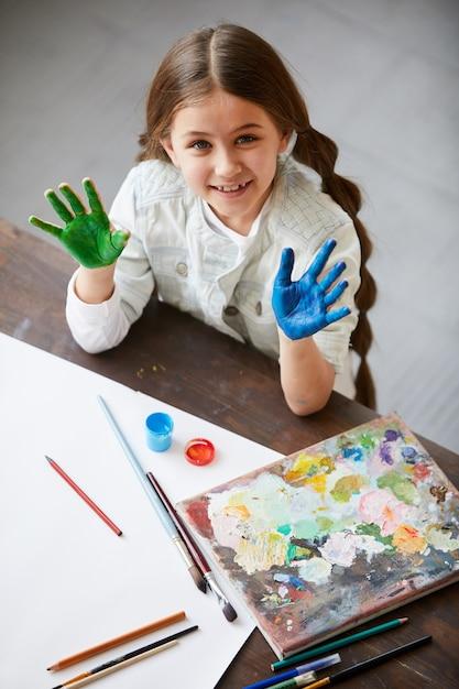 Leuk meisje genieten van schilderen Premium Foto