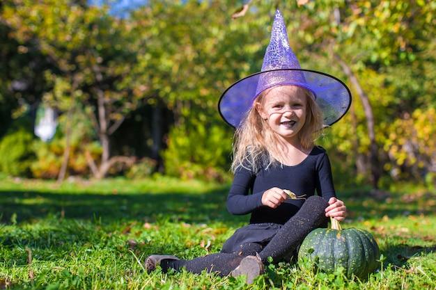Leuk meisje in halloween welk kostuum pret heeft openlucht Premium Foto