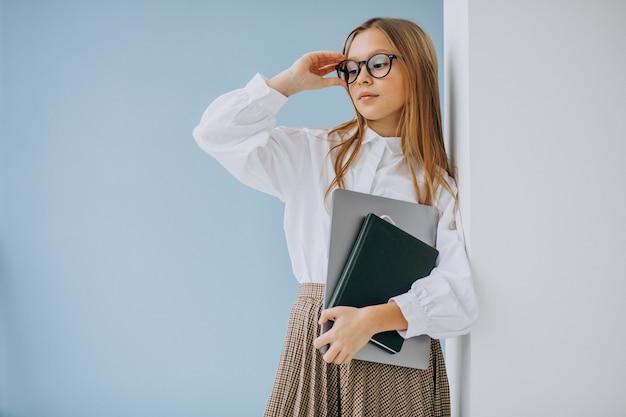 Leuk meisje met boek en laptop op kantoor Gratis Foto