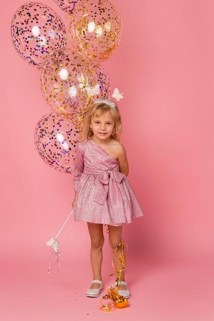 Leuk meisje met fee kostuum en ballonnen Gratis Foto