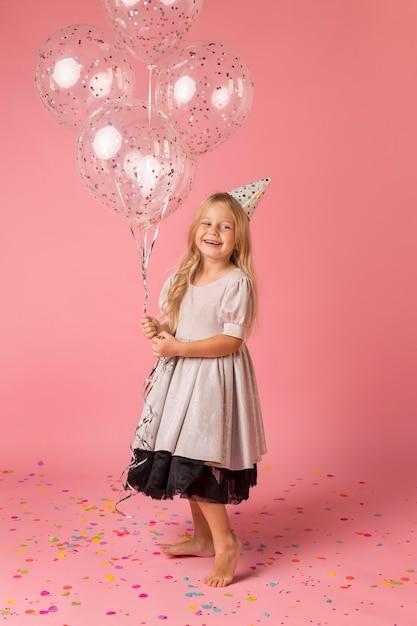 Leuk meisje met kostuum en ballonnen Gratis Foto