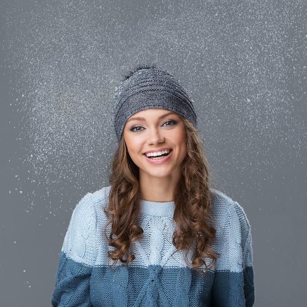 Leuk meisje met sneeuwvlokken die een goede tijd hebben Gratis Foto
