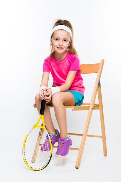 Leuk meisje met tennisracket in haar handenwit Premium Foto