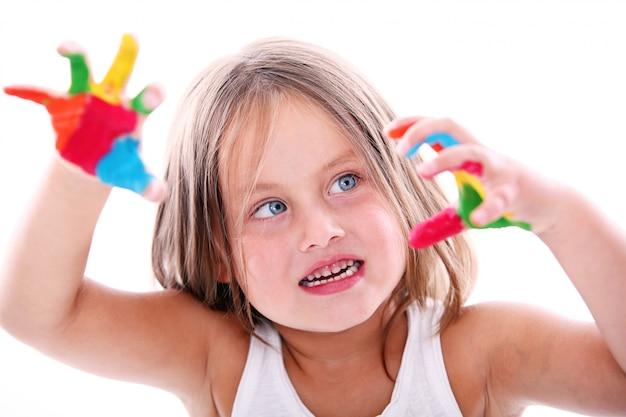 Leuk meisje met verf bevlekte handen Gratis Foto