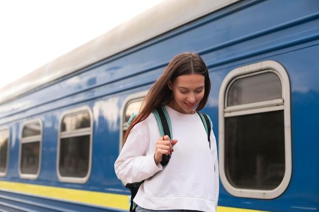 Leuk meisje op het station naar beneden te kijken Gratis Foto