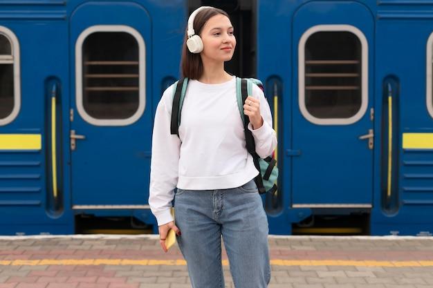 Leuk meisje op het vooraanzicht van het station Gratis Foto