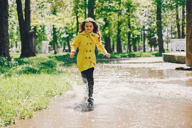 Leuk meisje plaiyng op een regenachtige dag Gratis Foto