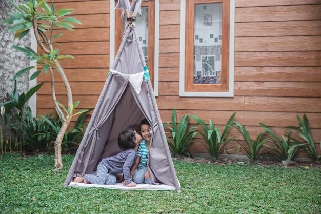 Leuk meisje spelen in de achtertuin Premium Foto