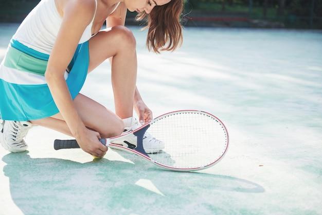 Leuk meisje tennissen en poseren Gratis Foto