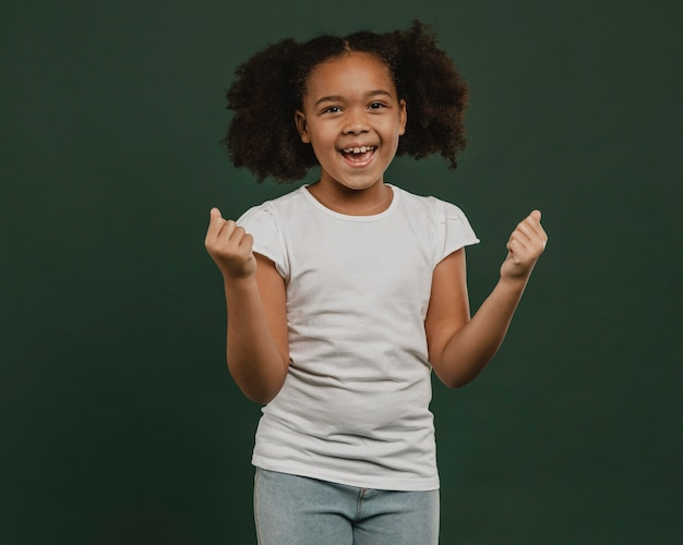 Leuk meisjeskind dat echt gelukkig is Premium Foto