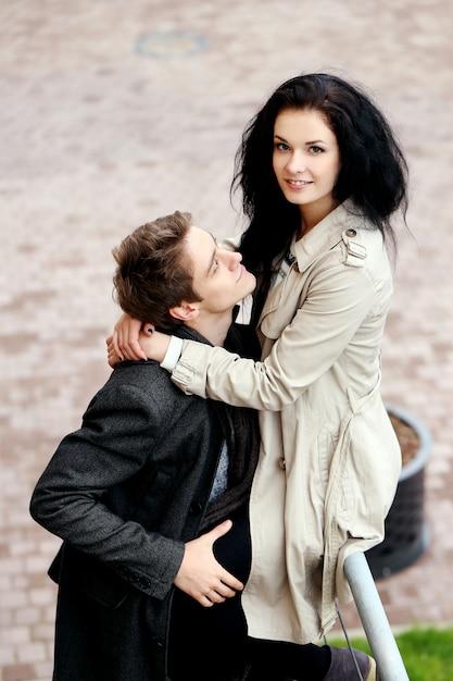 Leuk paar dat een goede tijd heeft buiten Gratis Foto