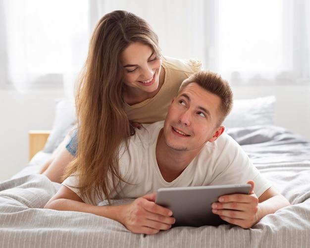 Leuk paar dat een tablet bekijkt Gratis Foto
