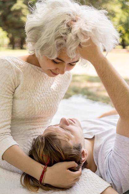 Leuk paar wordt intiem buiten in de natuur Gratis Foto
