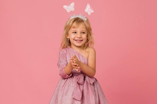 Leuk smiley meisje met fee kostuum Gratis Foto