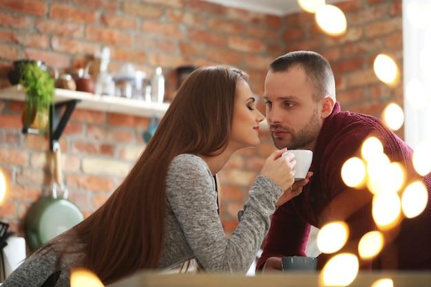 Leuk stel in een café Gratis Foto