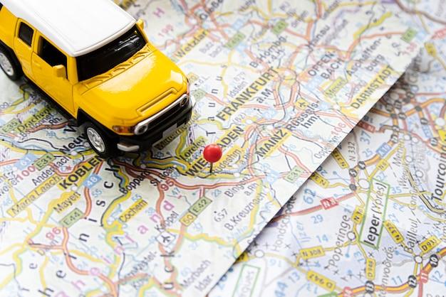 Leuke auto op de kaart van duitsland Gratis Foto