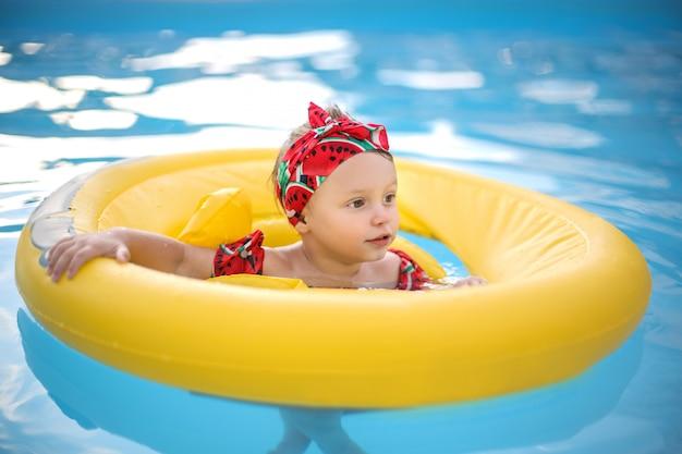Leuke baby die leert hoe te zwemmen Premium Foto
