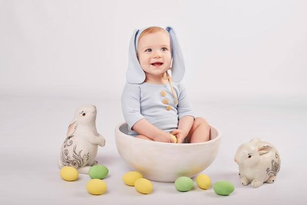 Leuke baby in pasen-samenstelling Premium Foto