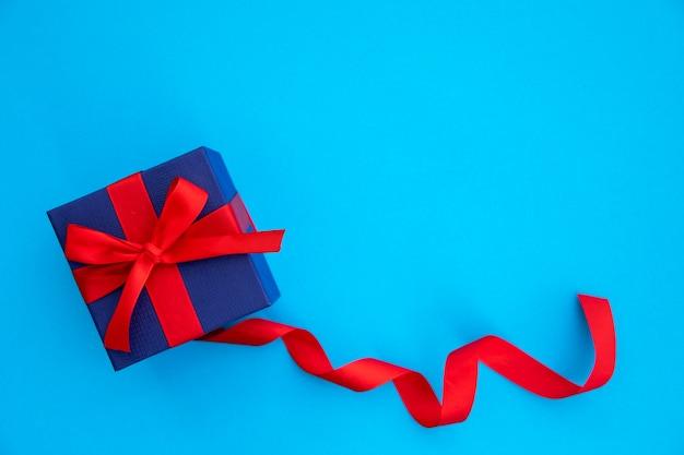 Leuke blauwe en rode gift met lint Gratis Foto