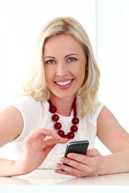 Leuke blonde met brede glimlach Gratis Foto
