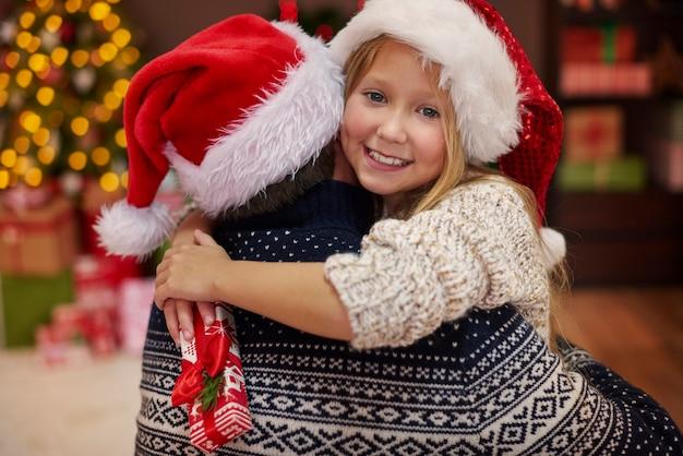 Leuke dochter in de armen van haar vader Gratis Foto