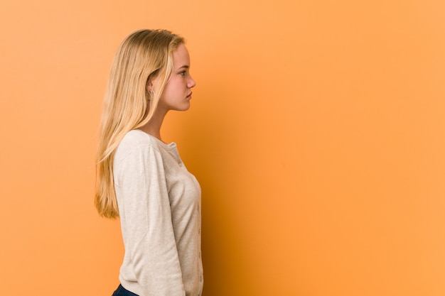 Leuke en natuurlijke tienervrouw die links, zijdelings staren kijken. Premium Foto