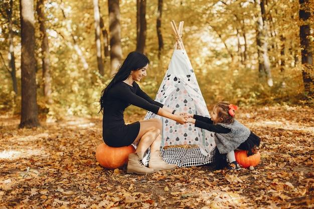 Leuke en stijlvolle familie in een herfst park Gratis Foto