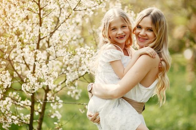 Leuke en stijlvolle familie in een lentepark Gratis Foto