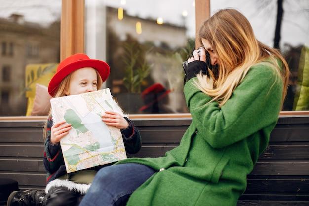 Leuke en stijlvolle familie in een lentestad Gratis Foto