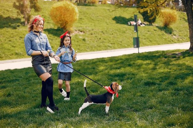 Leuke en stijlvolle familie in een voorjaarspark Gratis Foto