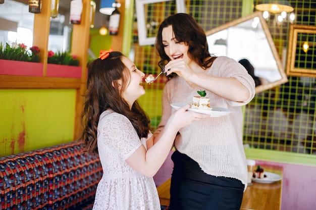 Leuke familie in een café Gratis Foto