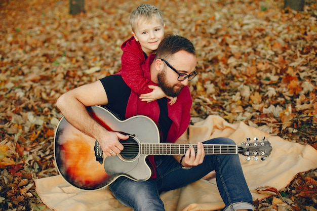Leuke familie spelen in een herfst park Gratis Foto