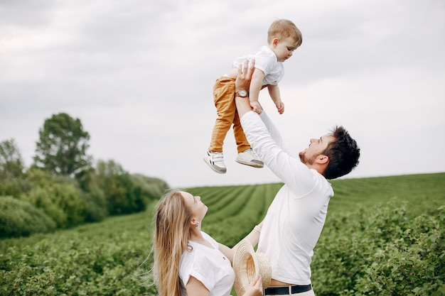 Leuke familie spelen in een zomer veld Gratis Foto