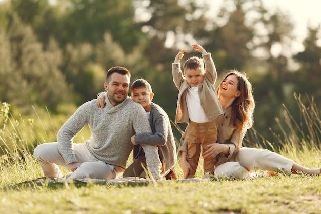 Leuke familie spelen in een zomer-veld Gratis Foto