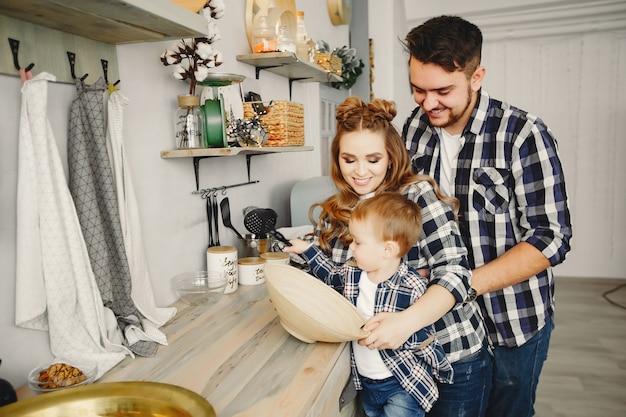 Leuke familie veel plezier in de keuken Gratis Foto