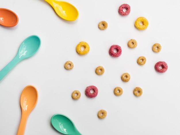 Leuke gekleurde fruitige lussen en lepels Gratis Foto
