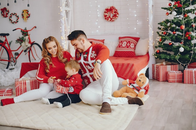 Leuke jonge familie om thuis te zitten op een bed Gratis Foto