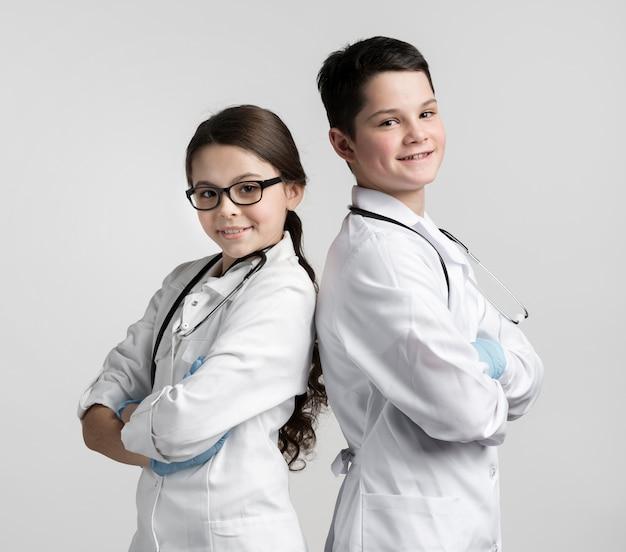 Leuke jonge jongen en meisje verkleed als artsen Gratis Foto