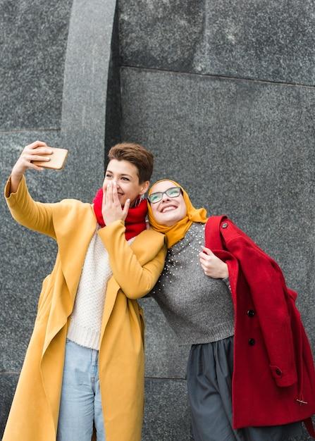 Leuke jonge meisjes die samen een selfie nemen Gratis Foto